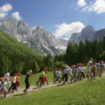 Randonné à la montagne pour les jeunes en colonies séjours vacances