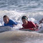 Apprendre le surf à Oléron en colonies de vacances pour les jeunes