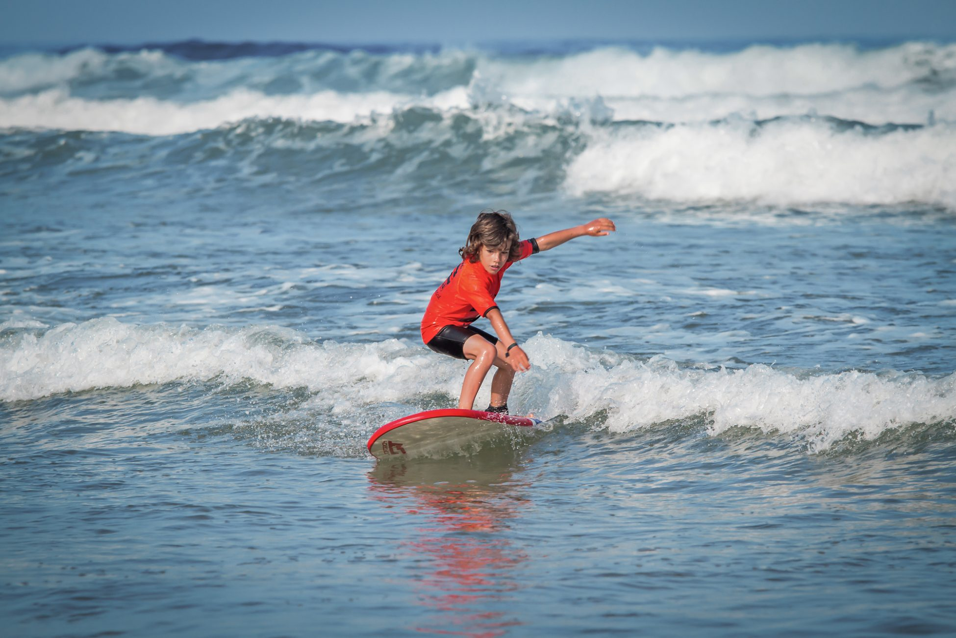 Enfant qui surf Oléron Kolo Vacances